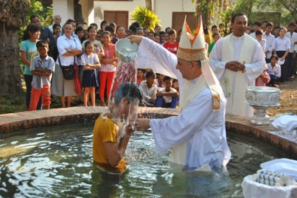 Jóvenes misioneros con Monseñor Kike Figaredo